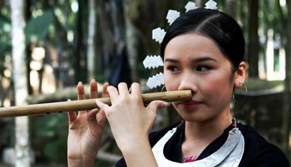 海南吹笛子的女生